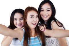 3 красивых девушки принимая selfie Стоковое Изображение RF