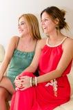2 красивых девушки смеясь над наслаждаться Стоковое фото RF