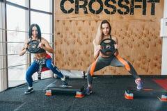2 красивых девушки совместно в тренажерном зале Стоковое фото RF