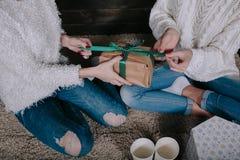 2 красивых девушки совместно распаковывают подарки Стоковые Изображения RF