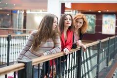 3 красивых девушки с покупками Стоковое Изображение