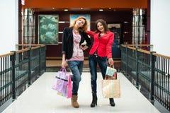 3 красивых девушки с покупками Стоковые Фото