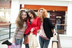 3 красивых девушки с покупками Стоковое Фото