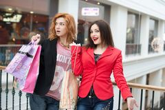 3 красивых девушки с покупками Стоковое фото RF
