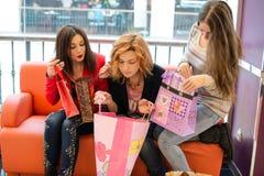 3 красивых девушки с покупками Стоковое Изображение RF
