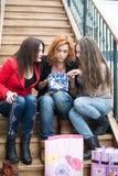 3 красивых девушки с покупками Стоковая Фотография RF