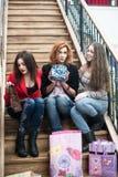 3 красивых девушки с покупками Стоковые Изображения