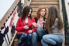 3 красивых девушки с покупками Стоковые Изображения RF