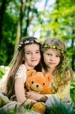 2 красивых девушки с плюшевым медвежонком Стоковое Изображение RF