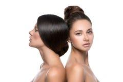 2 красивых девушки с совершенной кожей стоковые фото