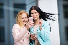 2 красивых девушки фотографируют Стоковая Фотография RF