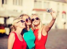 3 красивых девушки фотографируя в городе Стоковые Фото