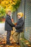 2 красивых дет, братья, держа руки и говоря в t Стоковые Изображения