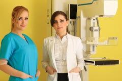 2 красивых женских доктора на работе Стоковая Фотография RF