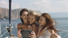 3 красивых женских друз делают selfie на яхте Стоковое Изображение