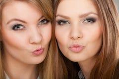 2 красивых женщины, блондинка и брюнет имея потеху Стоковое Изображение