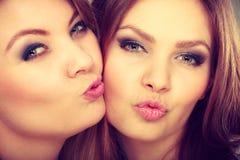 2 красивых женщины, блондинка и брюнет имея потеху Стоковая Фотография RF