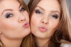 2 красивых женщины, блондинка и брюнет имея потеху Стоковое фото RF