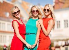 3 красивых женщины в городе Стоковая Фотография RF