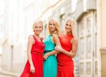 3 красивых женщины в городе Стоковое Изображение