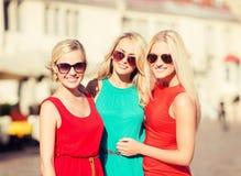 3 красивых женщины в городе Стоковая Фотография