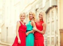 3 красивых женщины в городе Стоковые Фото