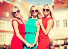 3 красивых женщины в городе Стоковые Изображения