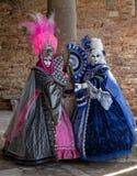 2 красивых женщины в красочных костюмах во время масленицы Венеции Стоковая Фотография RF
