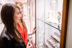 2 красивых женщины в магазине ювелира Стоковые Фото