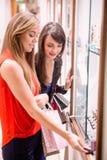 2 красивых женщины в магазине Стоковое Изображение