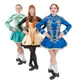 3 красивых женщины в платьях для Ирландского танцуют изолированный Стоковые Фото