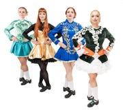 4 красивых женщины в платьях для Ирландского танцуют изолированный Стоковое фото RF