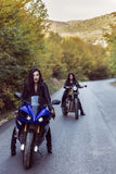 2 красивых женщины запальчиво о мотоциклах Стоковое фото RF