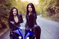 2 красивых женщины запальчиво о мотоциклах Стоковые Фотографии RF