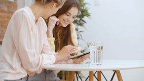 2 красивых женщины или девушки студента с компьютером ПК планшета видеоматериал