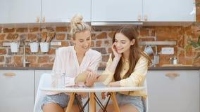 2 красивых женщины или девушки студента с компьютером ПК планшета акции видеоматериалы