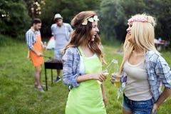 2 красивых женщины имея потеху пока ждущ барбекю Стоковое Фото