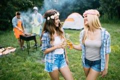 2 красивых женщины имея потеху пока ждущ барбекю Стоковое фото RF