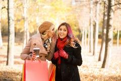 2 красивых женщины имея расслабляющий переговор с кофе стоковое фото rf