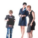 2 красивых женщины и их босс держа папку с бумагами. Стоковая Фотография