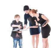 2 красивых женщины и их босс держа папку с бумагами. Стоковые Изображения RF