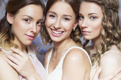 3 красивых женщины невесты брюнет с курчавыми стилем причёсок и ne Стоковые Фото