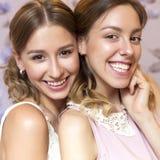 2 красивых женщины невесты брюнет с курчавыми стилем причёсок и neut Стоковая Фотография