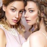 2 красивых женщины невесты брюнет с курчавыми стилем причёсок и neut Стоковое Изображение RF