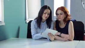 2 красивых женщины обсуждают различные идеи на офисе видеоматериал
