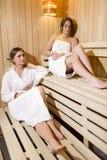 2 красивых женщины ослабляя в сауне Стоковое фото RF