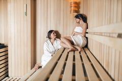2 красивых женщины ослабляя в сауне Стоковые Изображения