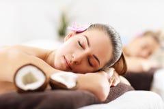 2 красивых женщины получая массаж в курорте Стоковые Фотографии RF