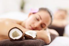 2 красивых женщины получая массаж в курорте Стоковые Изображения