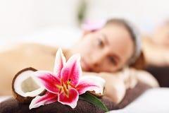 2 красивых женщины получая массаж в курорте Стоковые Фото